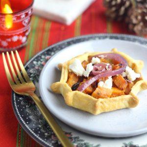 Tartellette con patate dolci, cipolla e feta