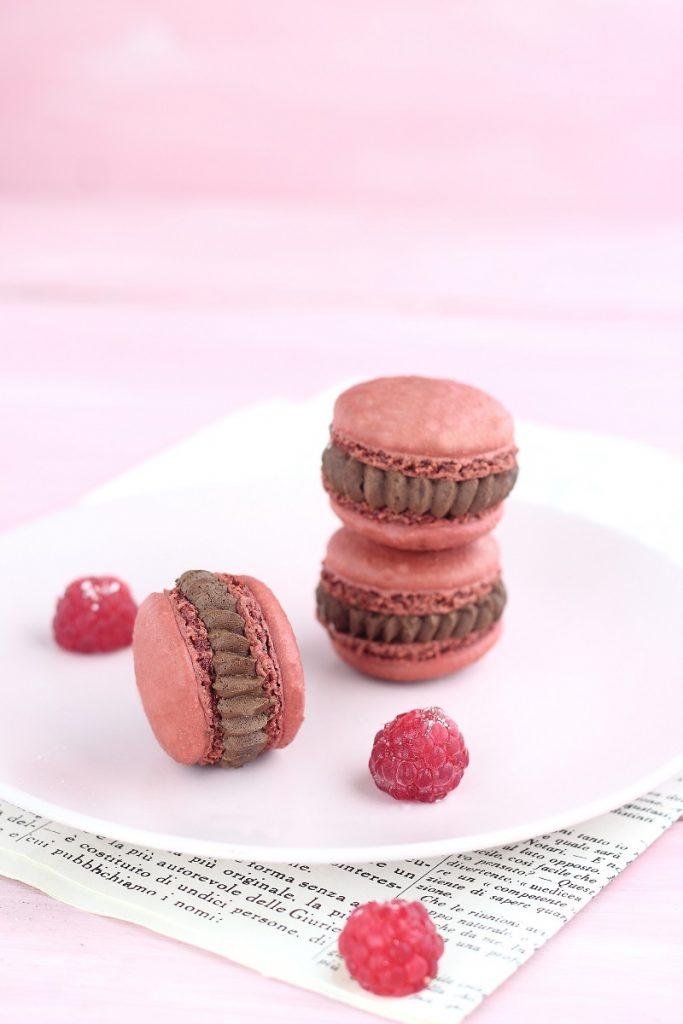 Macaron al cioccolato fondente e lamponi