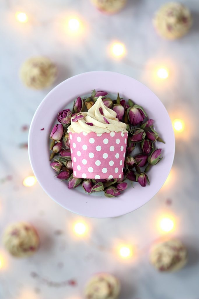 Tea infused cupcake with roses - flatlay