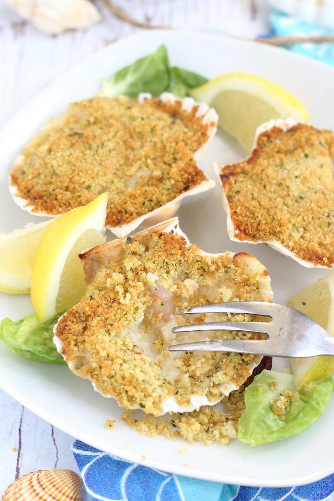 Conchiglia gratinata di pesce e gambericon forchetta