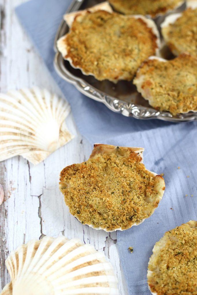 Conchiglie gratinate con gamberetti e pesce - flatlay