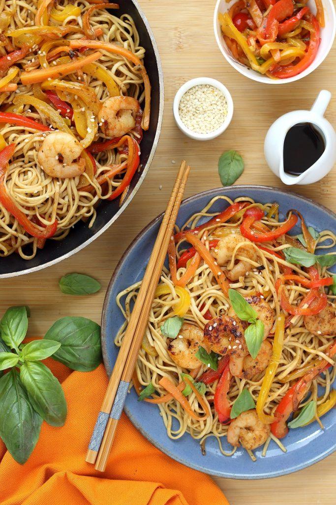 Noodles ai gamberi,verdure e zenzero - flatlay