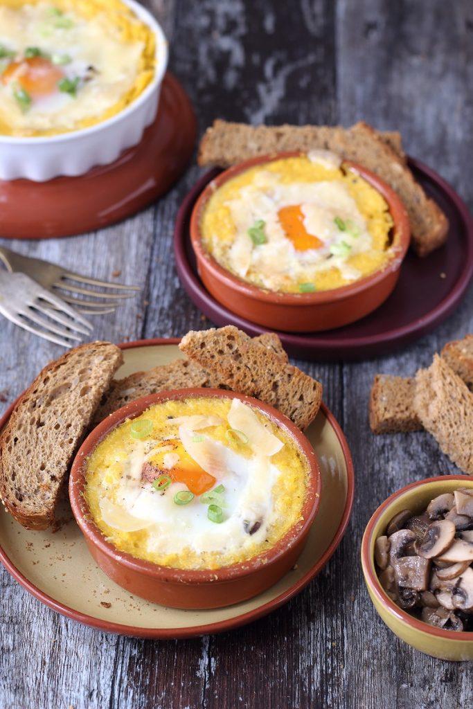 Cocotte di polenta al tartufo e uova cotte al forno
