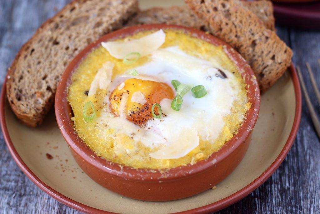 Cocotte di polenta con uova al forno - close up