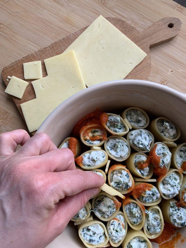 Sistemazione formaggio Cheddar tra i paccheri
