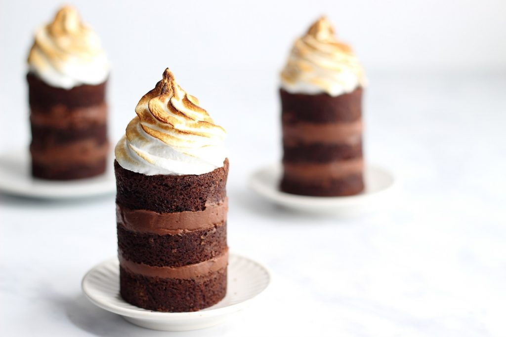 Sour cream chocolate mini cakes with meringue