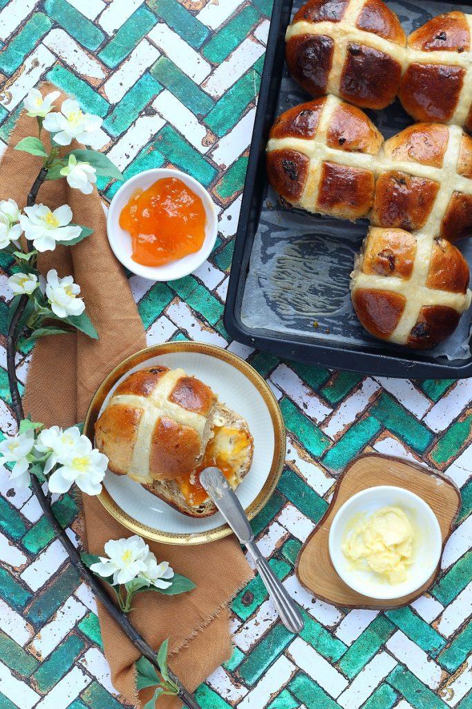 Hot cross buns con marmellata di albicocche- flatlay