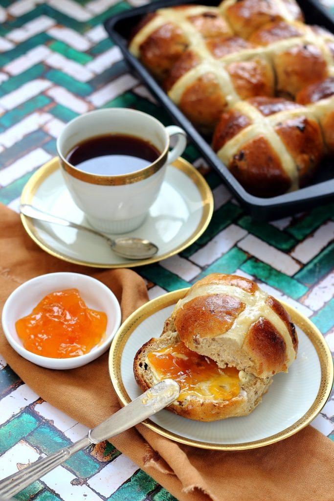 Hot cross buns con marmellata di albicocca e uvette