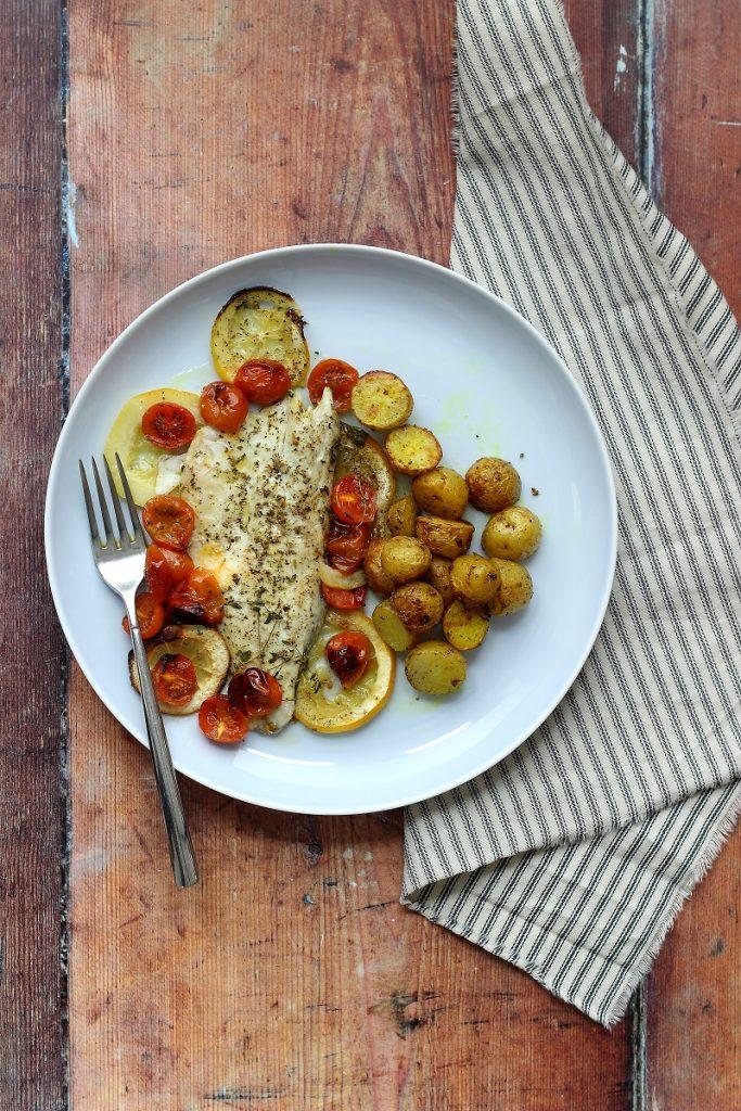 Spigola al forno semplice con patate