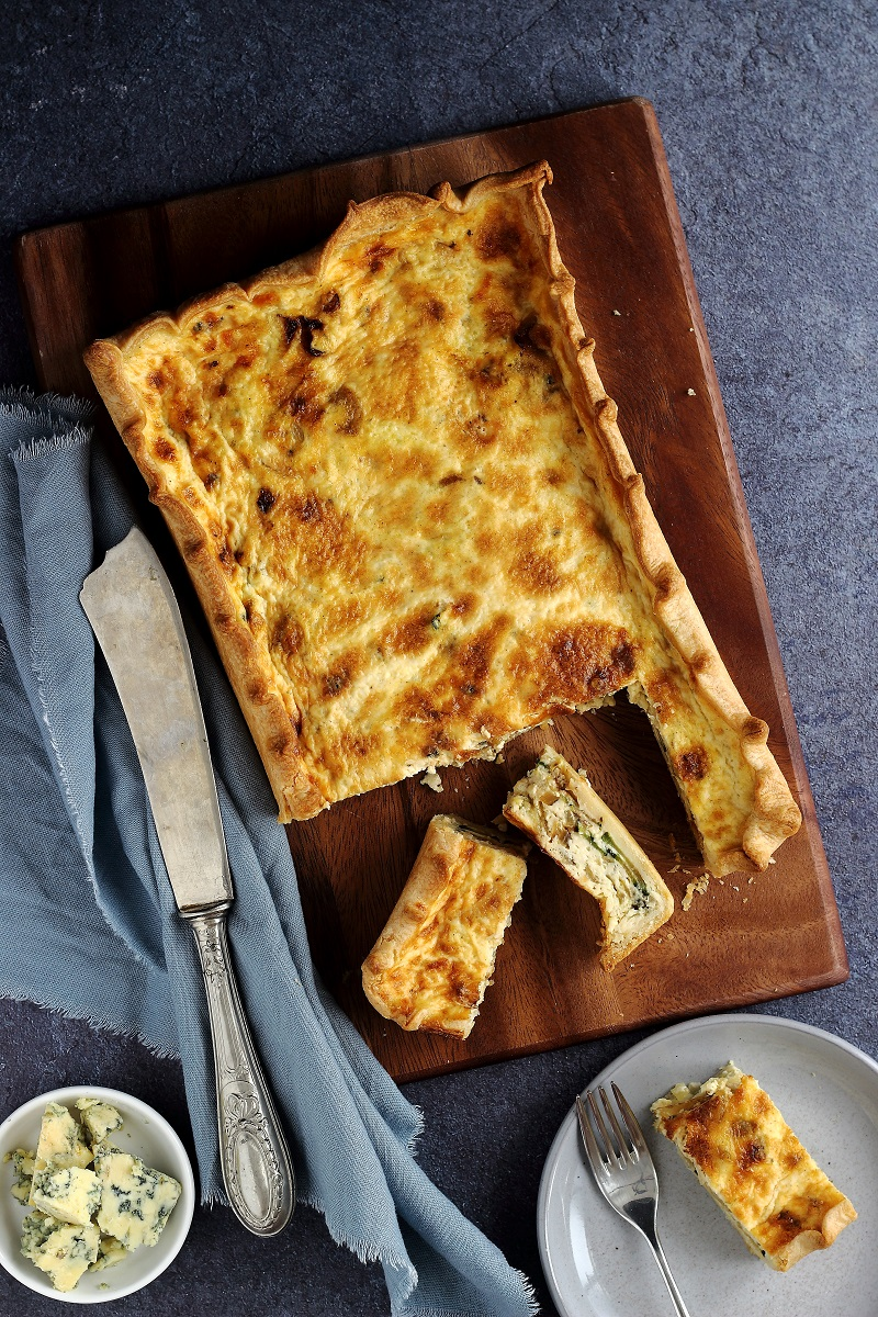 Torta salata di zucchine, cipolla e stilton - flatlay