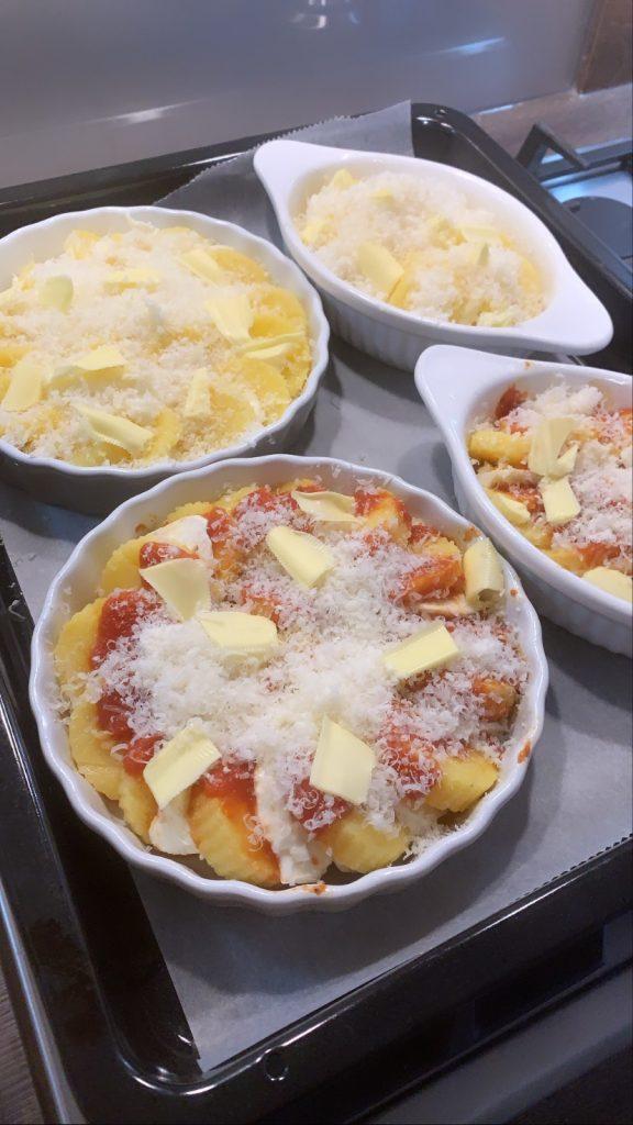 Gnocchi di polenta alla romana pronti per il forno