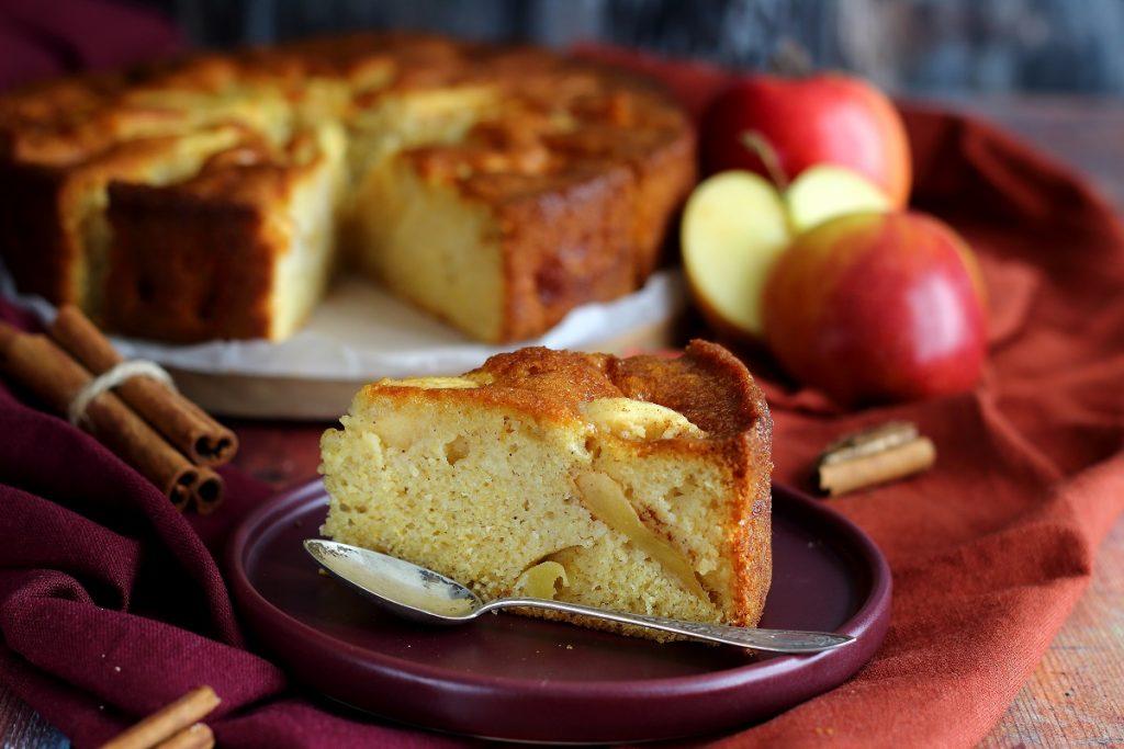 Torta con farina di mais e mele - header close up