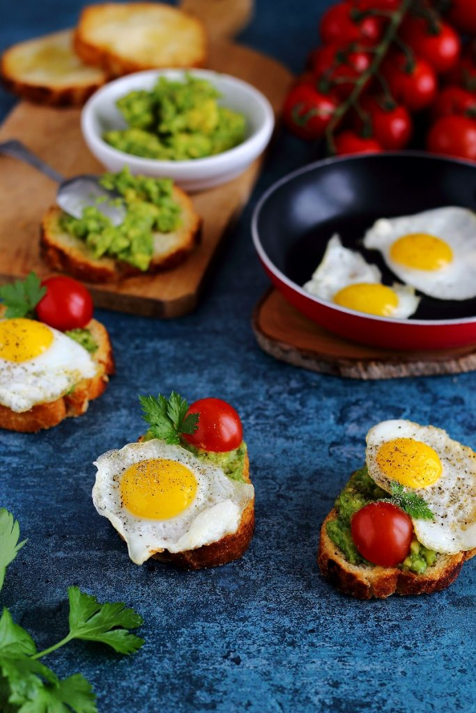 Crostini con avocado e uova di quaglia al tegamino