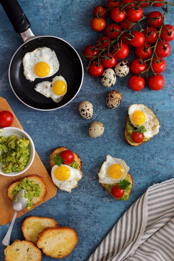 Crostini con avocado, pomodoro e uova - flatay
