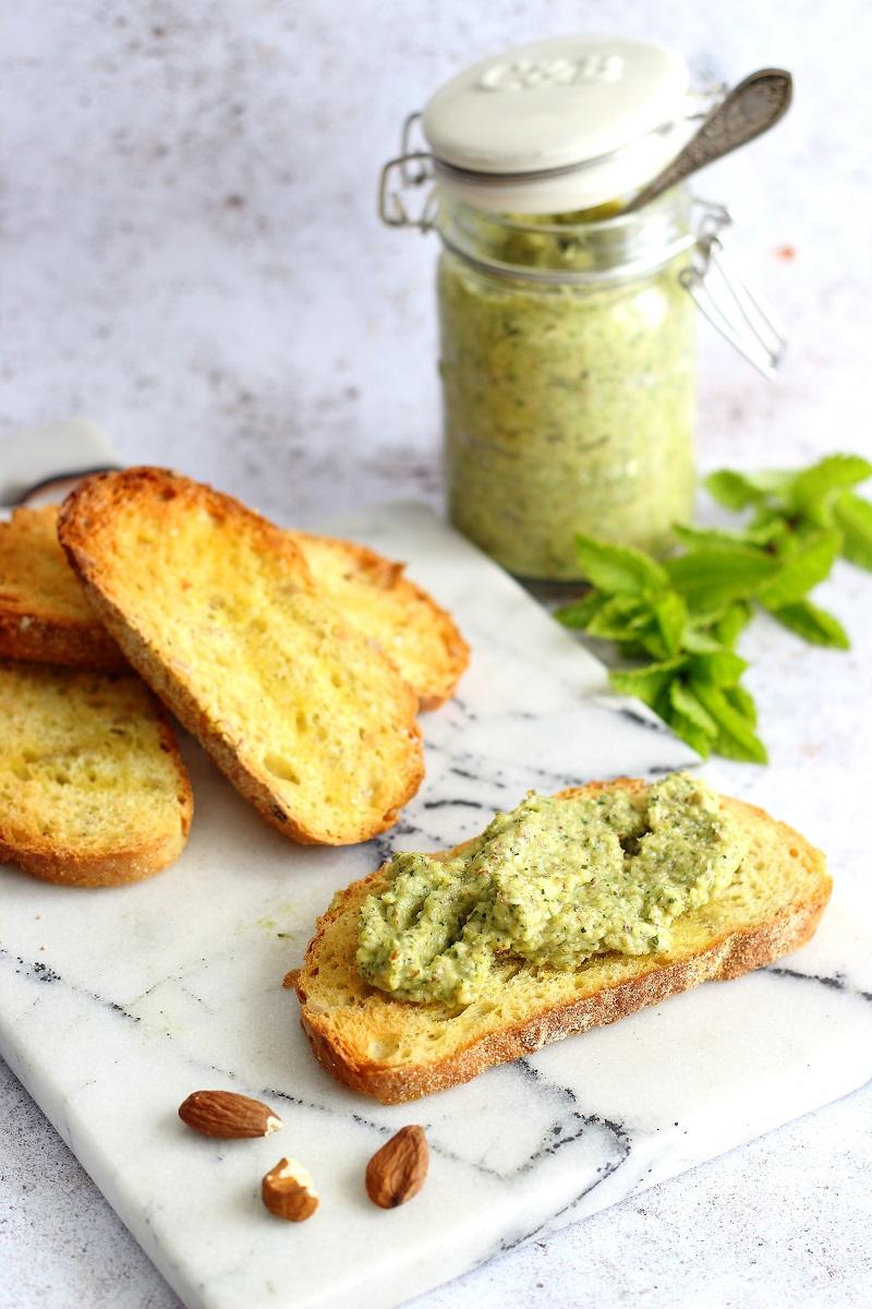 Pesto di zucchine e mandorle con menta su crostini