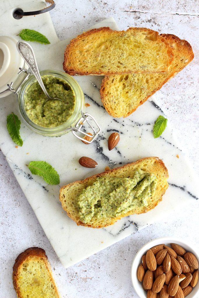 Pesto di zucchine e mandorle con menta - flatlay