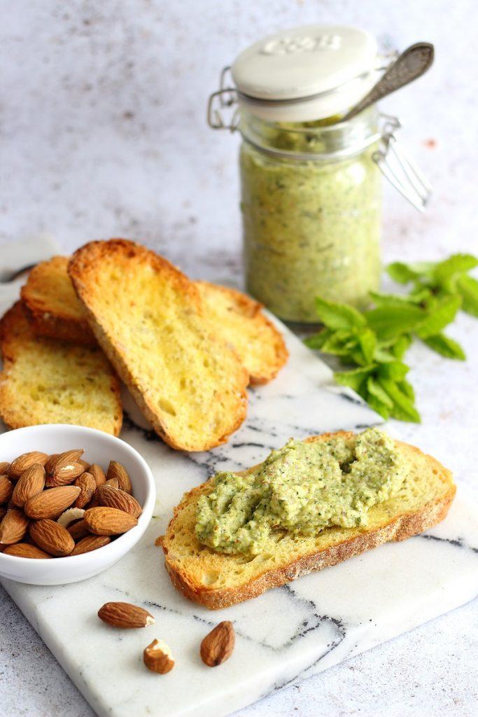 Pesto di zucchine e mandorle su crostini croccanti