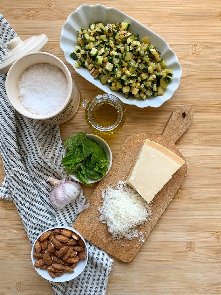 Pesto di zucchine - ingredienti flatlay