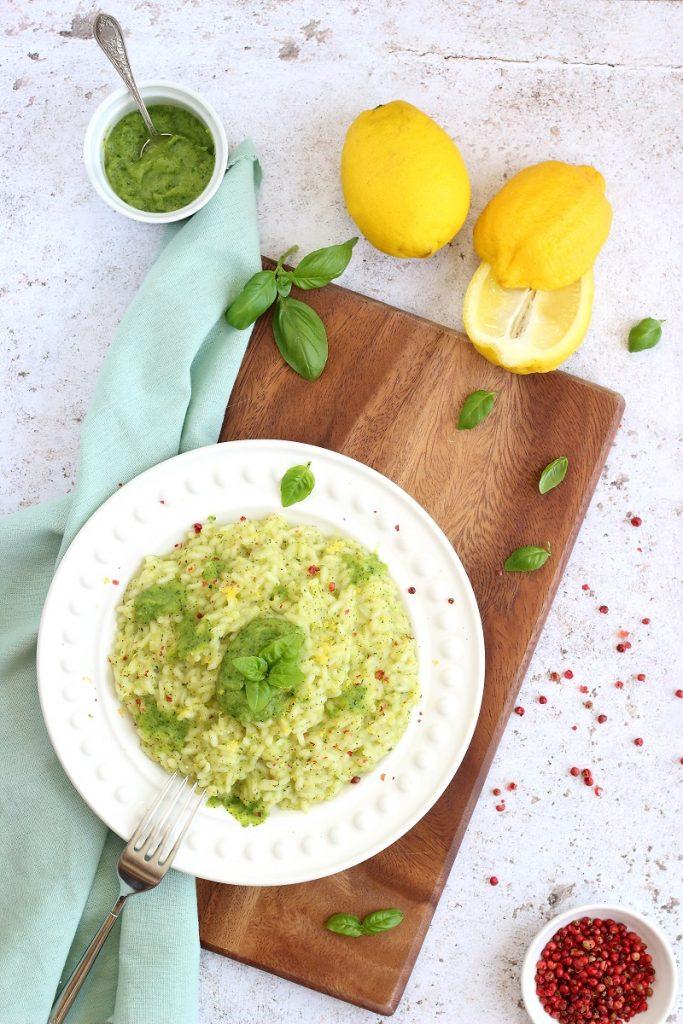 Risotto alle zucchine, scorza di limone e basilico - flatlay