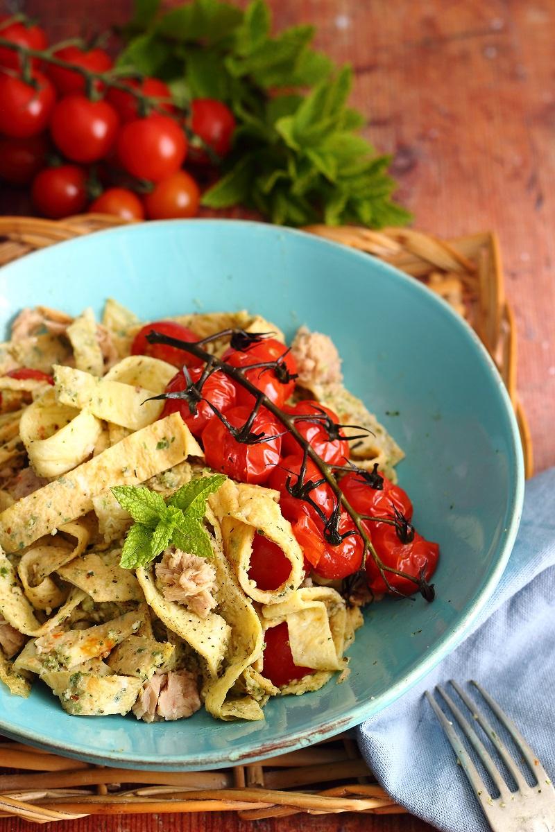 Tagliatelle di frittata con pesto di zucchine e mandorle