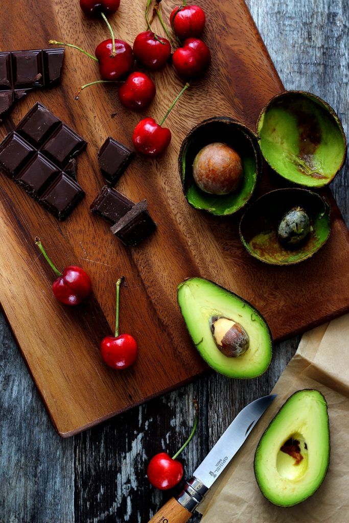 Ciliegie, avocado e cioccolato - flat lay