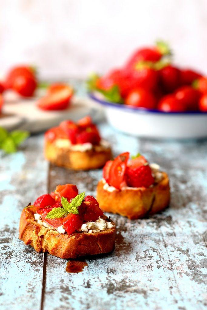 Crostini con caprino, fragole e aceto balsamico - close up