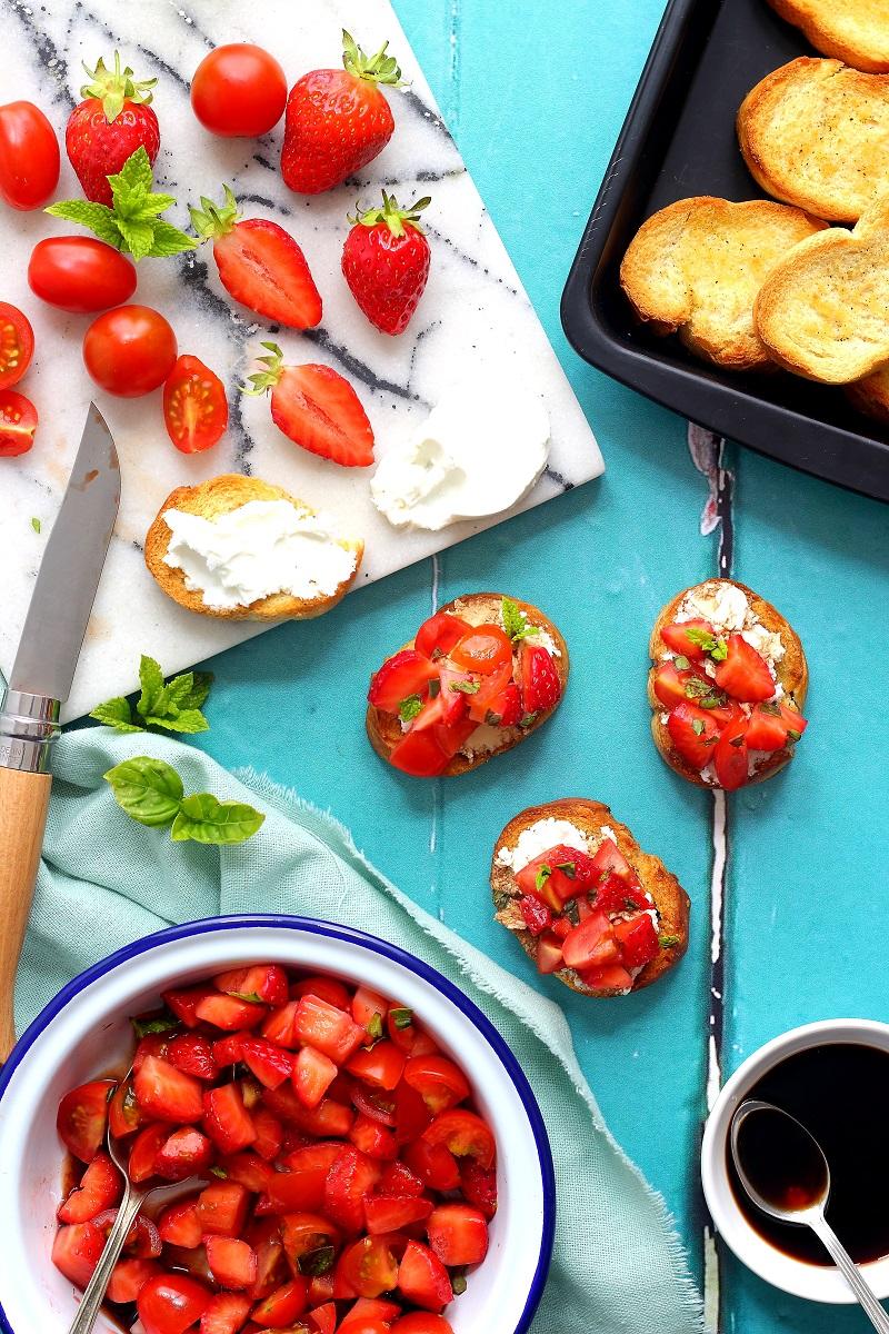 Crostini con fragole, pomodori e aceto balsamico - flatlay