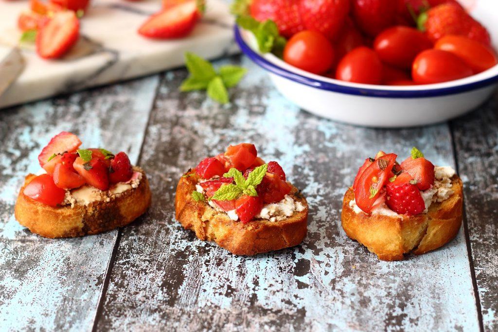 Crostini con fragole, pomodorini e caprino - header