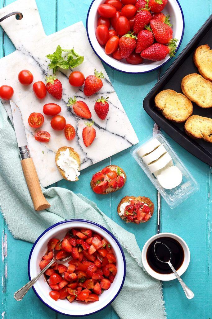 Crostini con fragole, pomodorini , aceto balsamico e formaggio