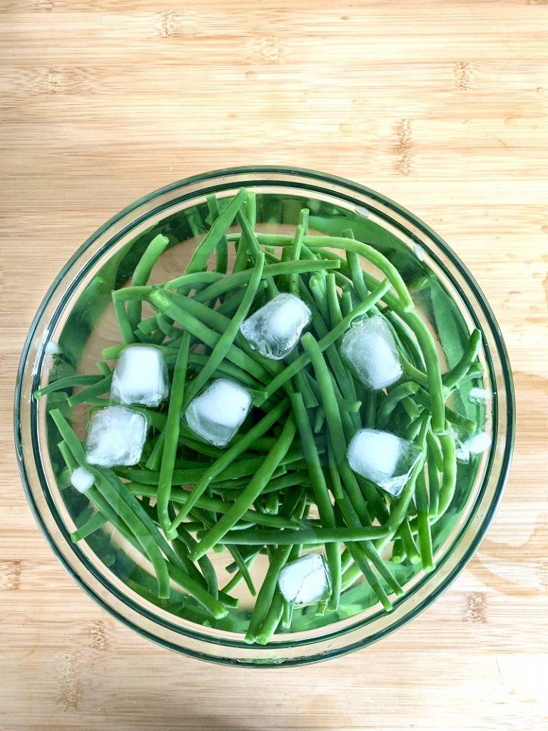 Fagiolini nell'acqua ghiacciata