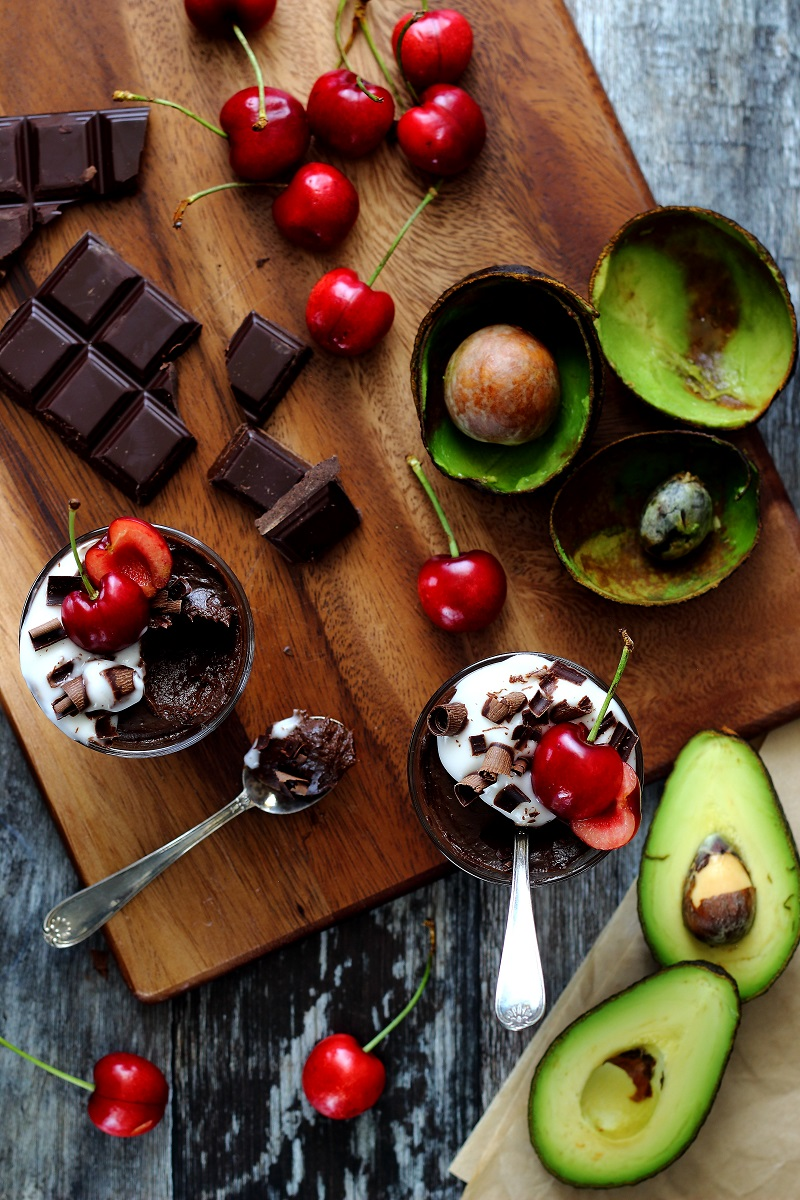 Mousse al cioccolato e avocado vegana - flat lay