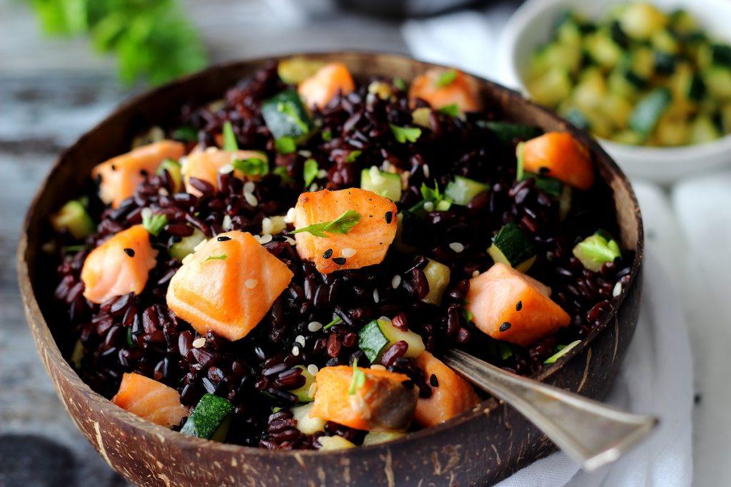 Riso Venere in insalata con salmone a dadini