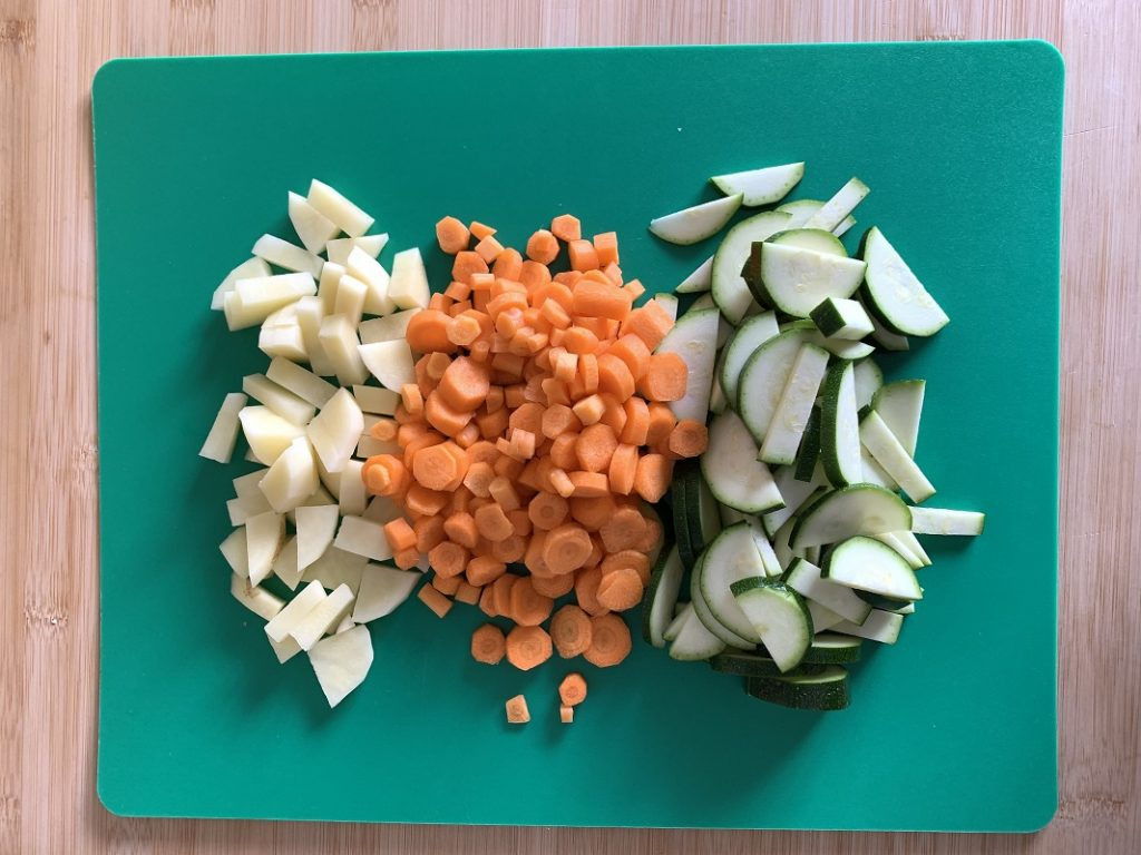 Verdure tagliate su tagliere
