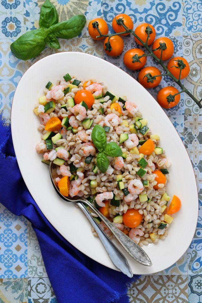 Farro, zucchine e gamberetti - flat lay