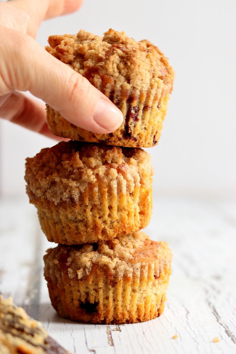 Muffin alle more selvatiche impilati