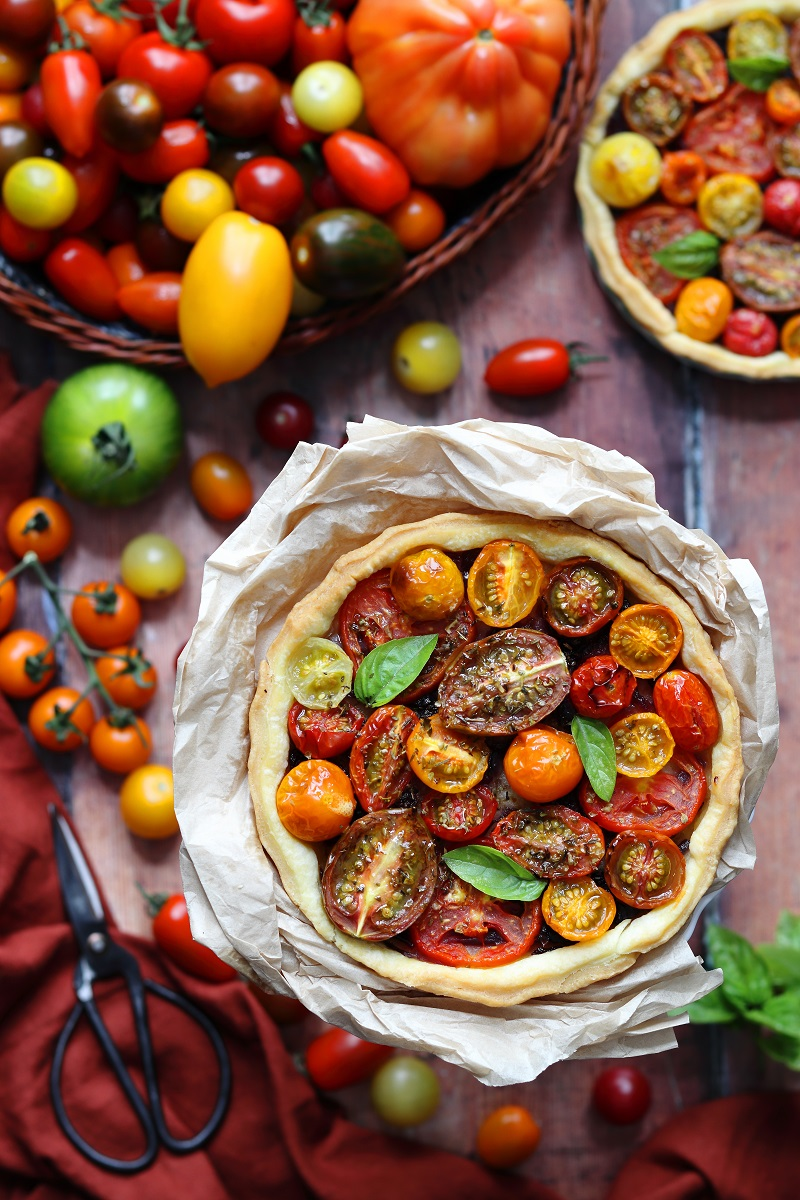 Tomato tart with caramelised onion ' flat lay