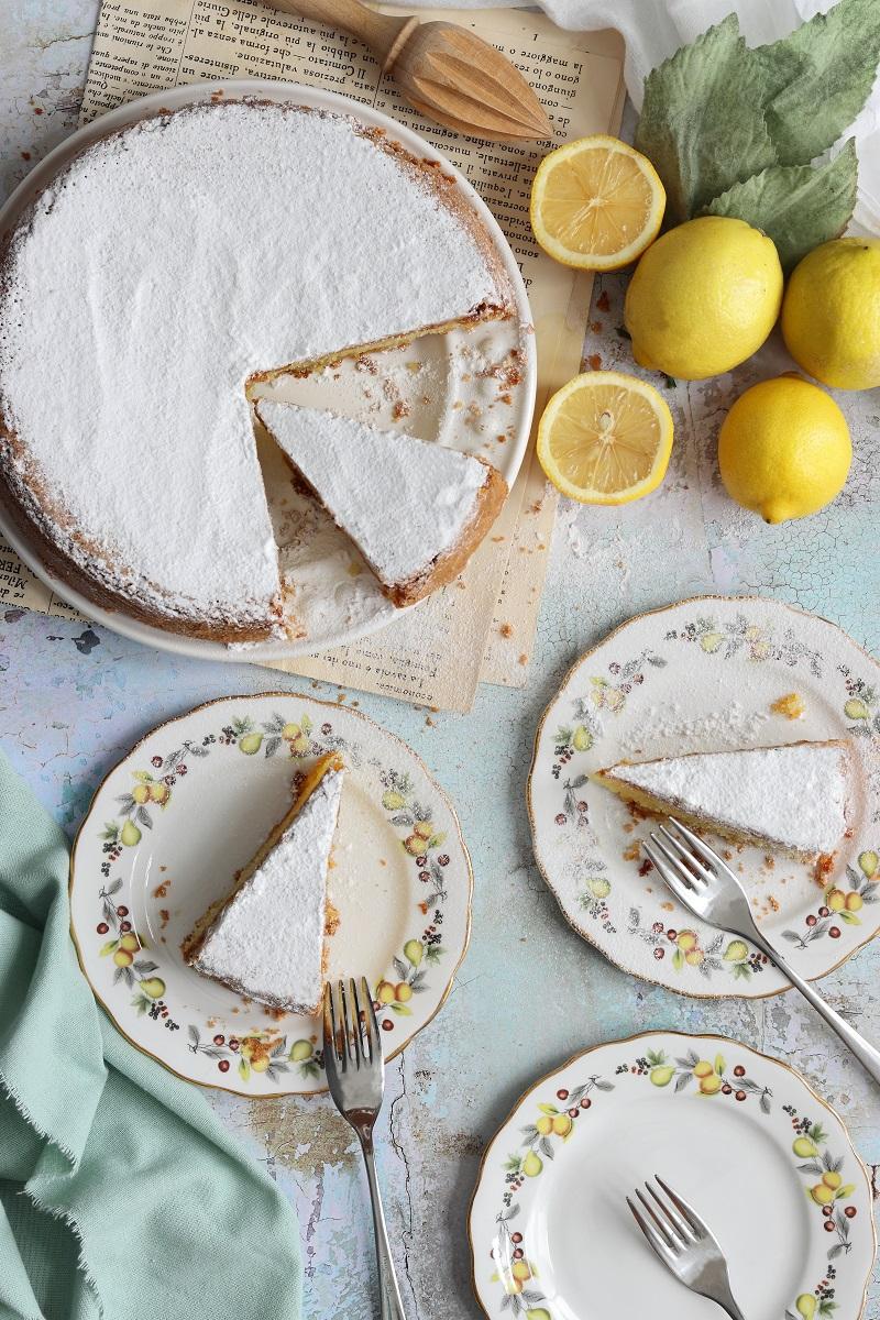 Torta caprese al limone e cioccolato bianco - flatlay