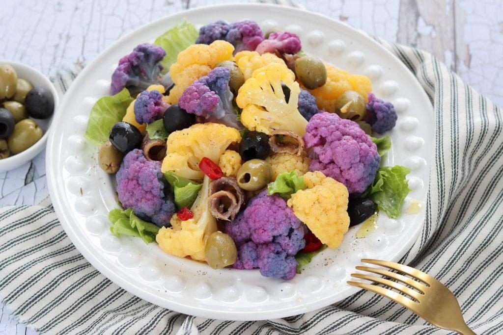 Insalata di cavolfiore viola con olive e acciughe