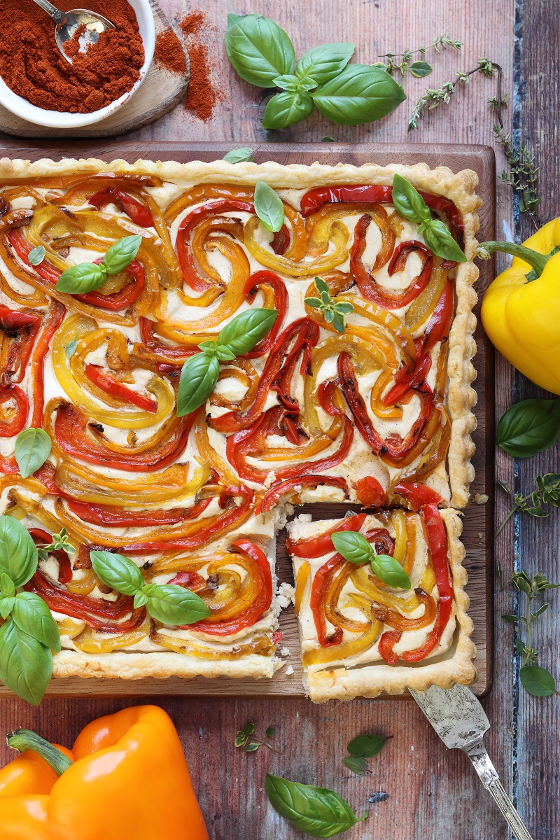 Torta salata di peperoni e ricotta - flat lay