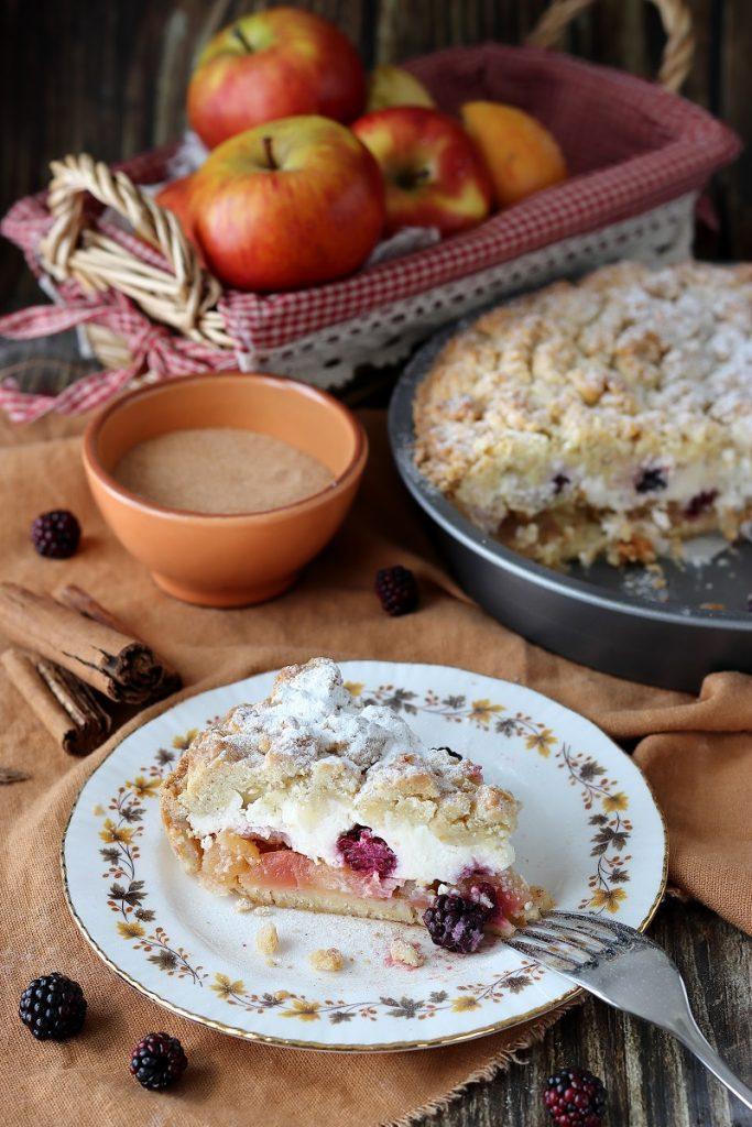 Torta sbrisolona alle mele, ricotta e more selvatiche