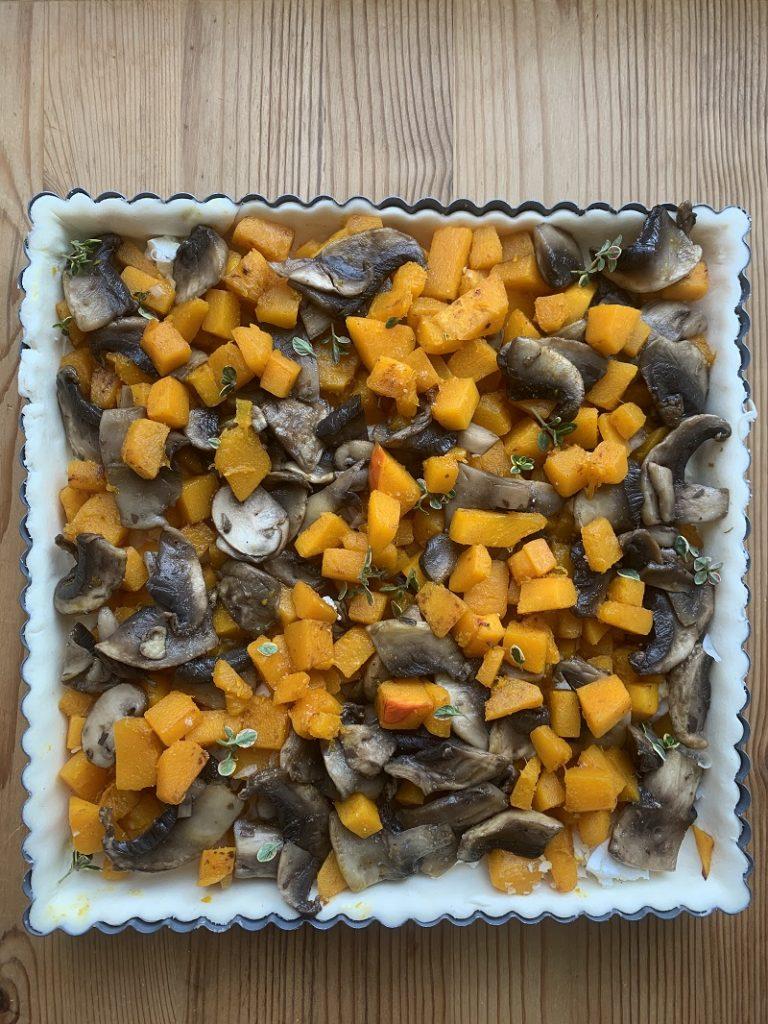 Base di sfoglia con zucca e funghi da cuocere
