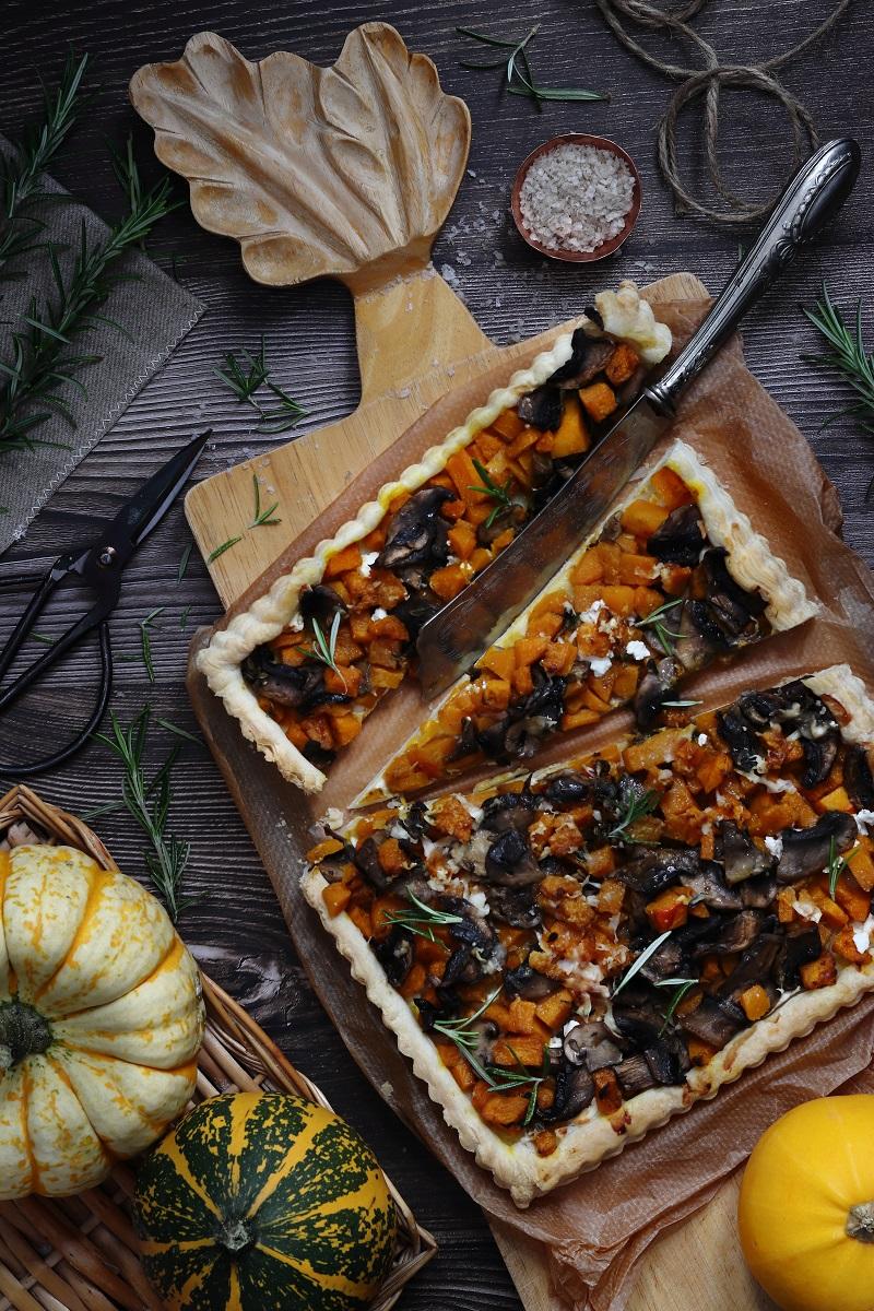 Torta salata di zucca e funghi - flat lay
