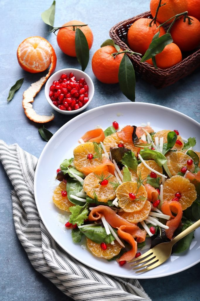 Clementine, smoked salmon and topinambur salad - flat lay