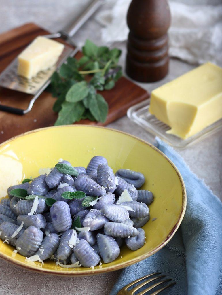 Gnocchi di patate Vitelotte con burro e salvia