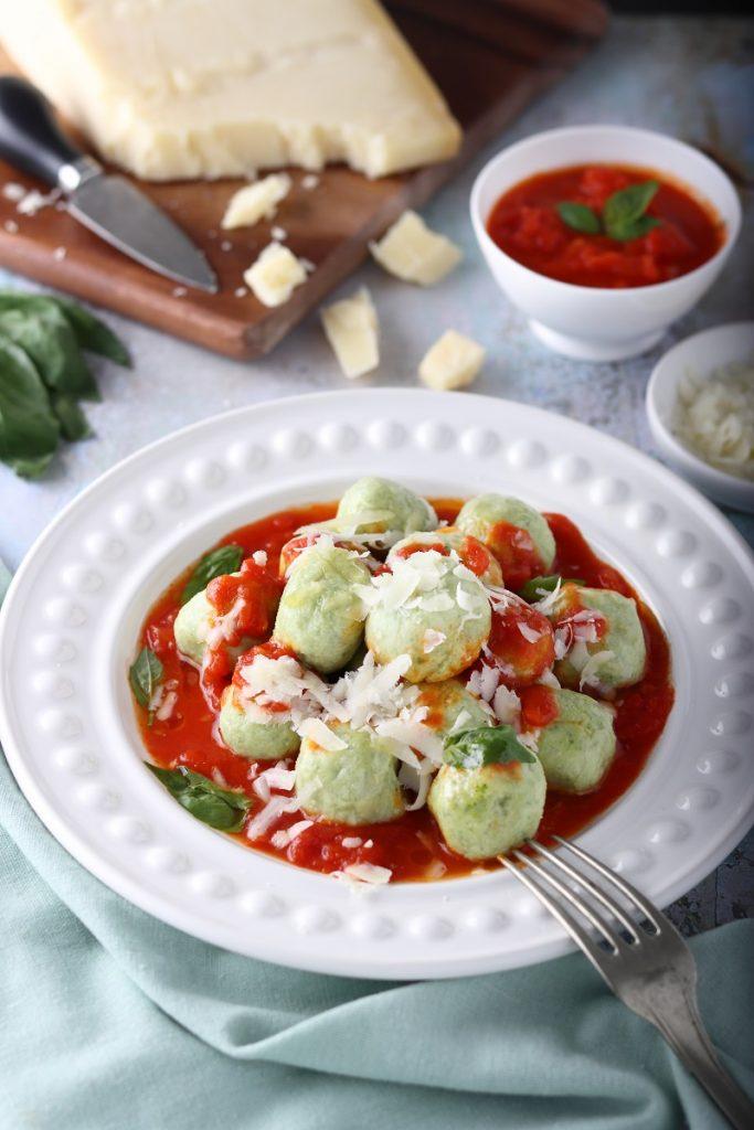 Gnudi di broccoli e ricotta con formaggio - close up