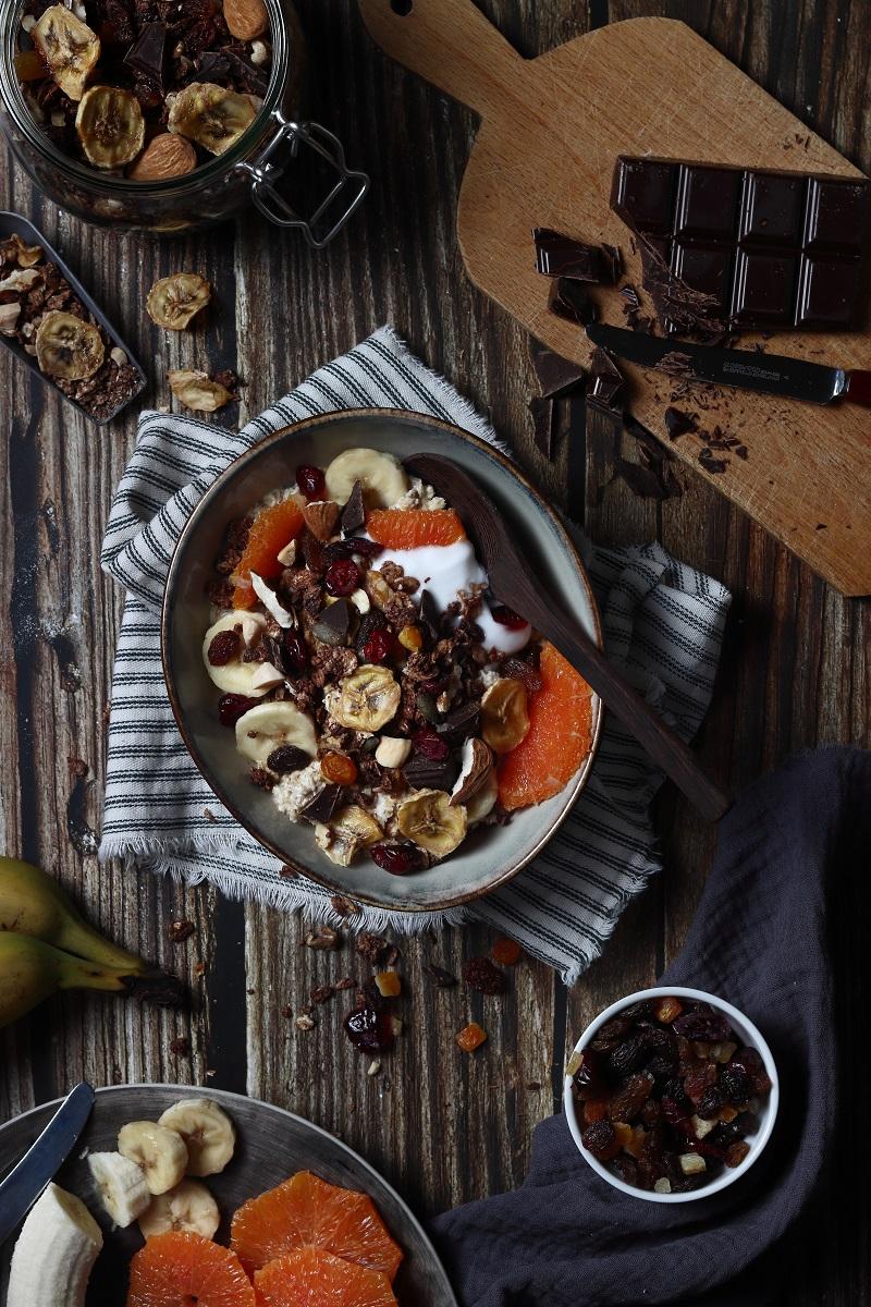 Porridge con granola di grano saraceno flatlay