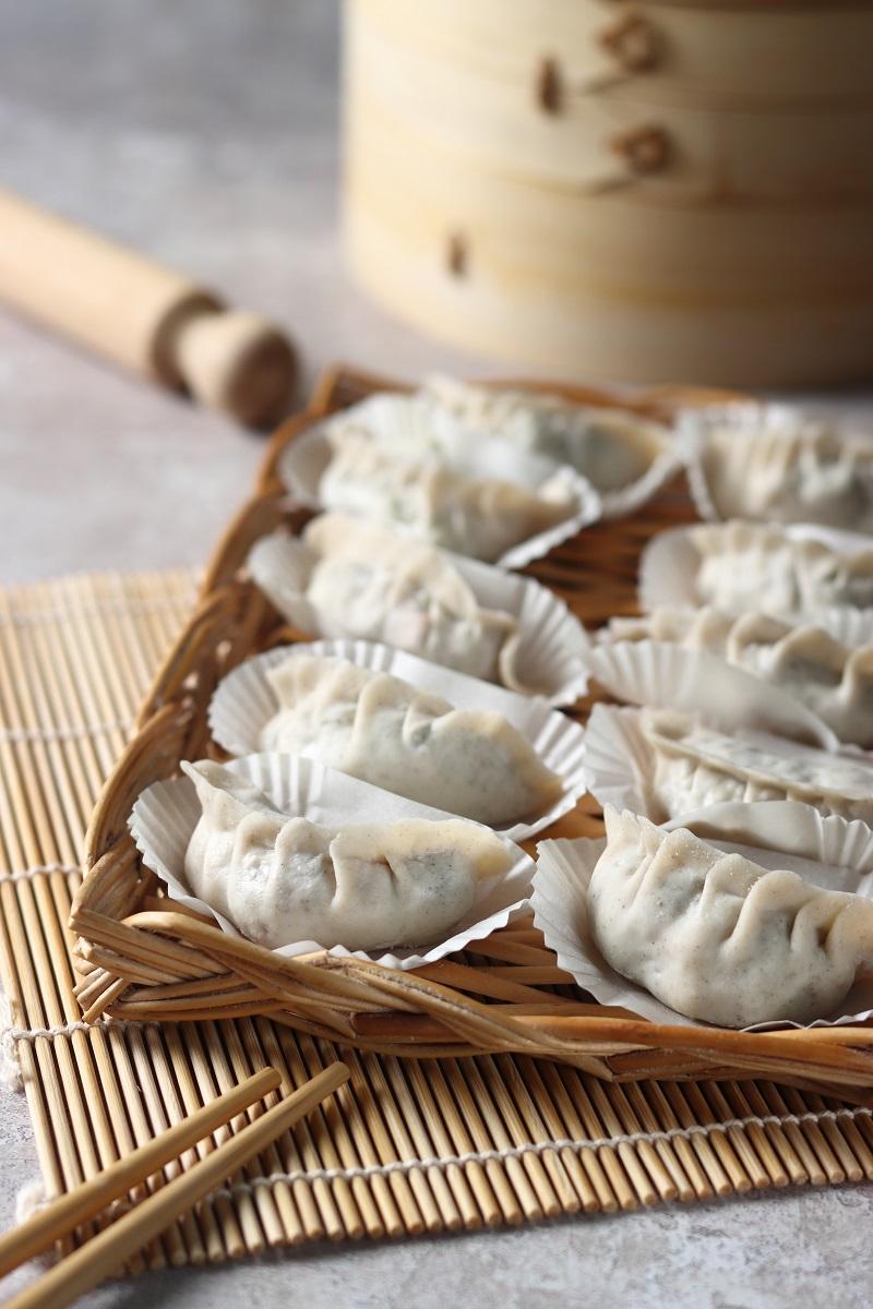 Ravioli cinesi con gamberi e verdure non cotti