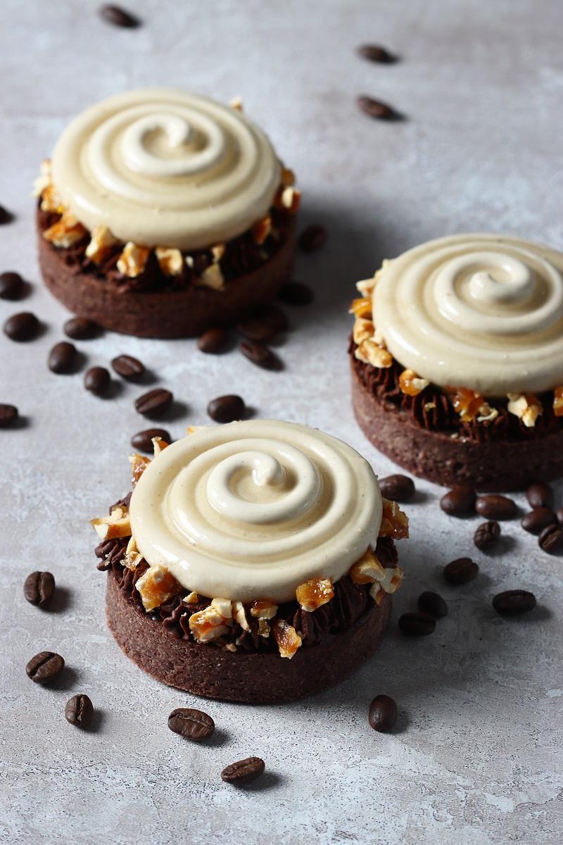 Crostata moderna al cioccolato con cremoso al caffè e burro d'arachidi