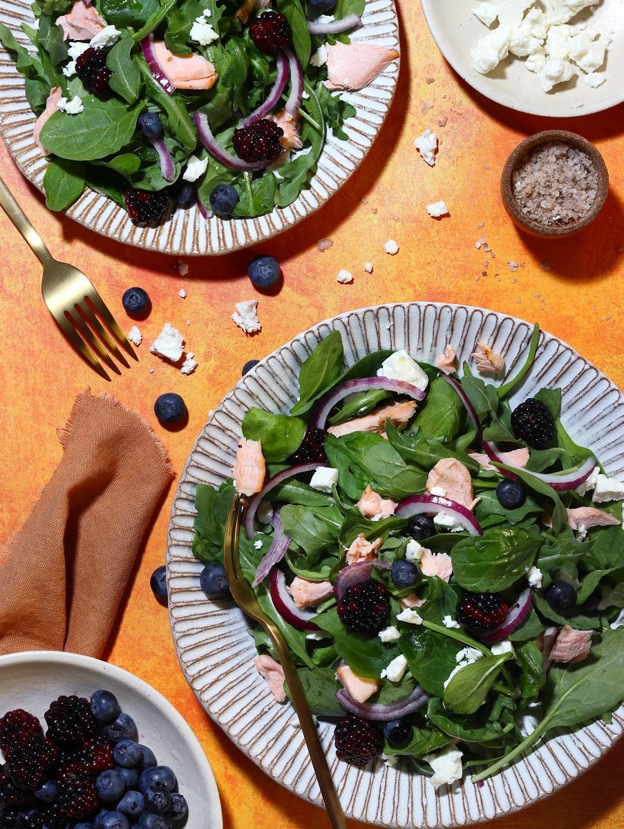 Insalata di spinaci con frutti di bosco - flatlay