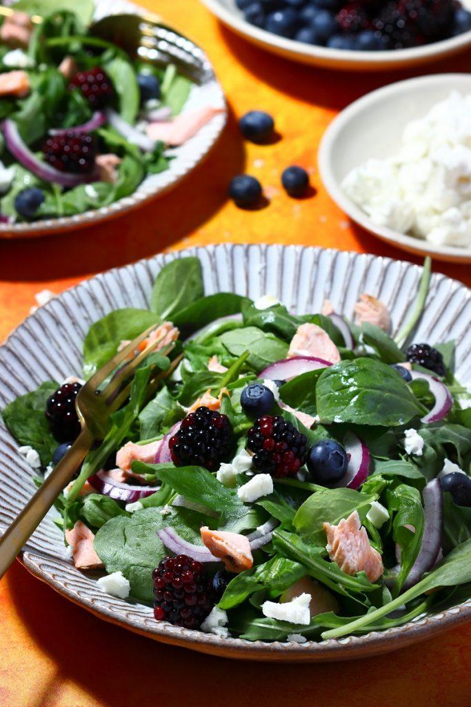 Insalata di spinacini con salmone e frutti di bosco